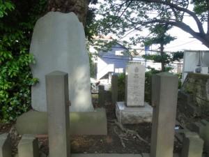 新田満純公墓碑1